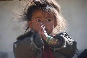 enfant népal prie